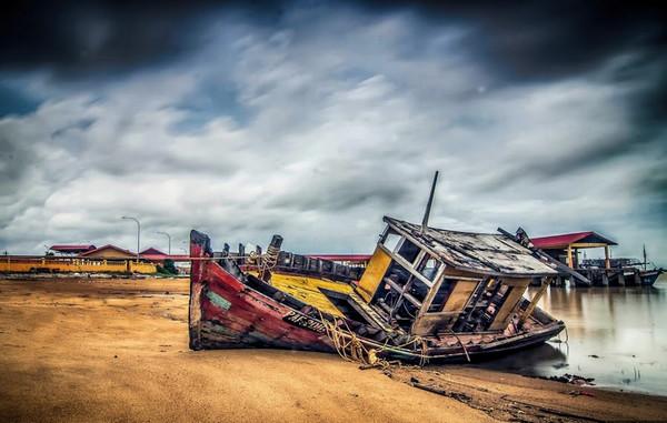abandon-ship-near-the-sea-shore