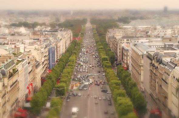 Fake-Tilt-shift-of-the-Champs-Elysées-from-the-Arc-de-Triomphe